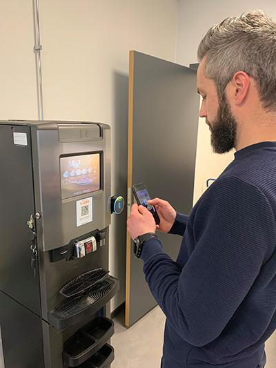 Kaffeautomat med Vipps-Nayax: Skann QR kode. Betal med Vipps. Nyt kaffen.