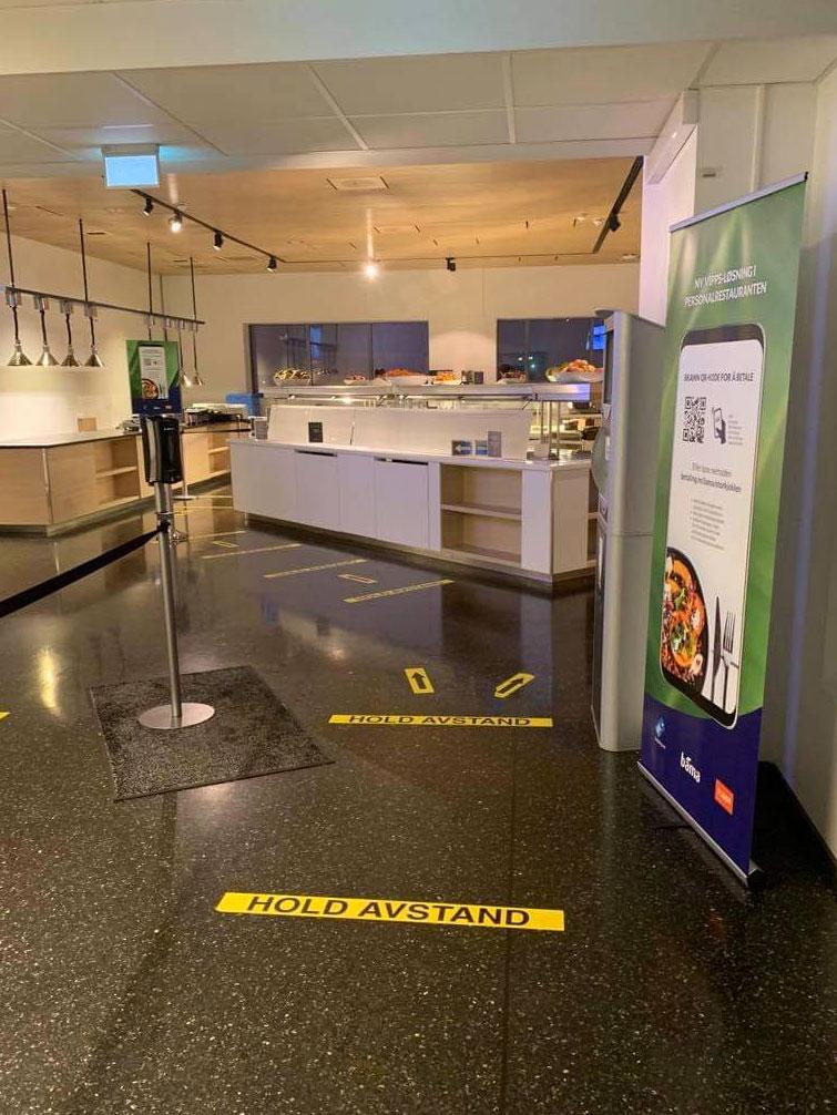 Inngang til kantine med selvbetjent betalingsløsning. Betal med Vipps eller bankkort.