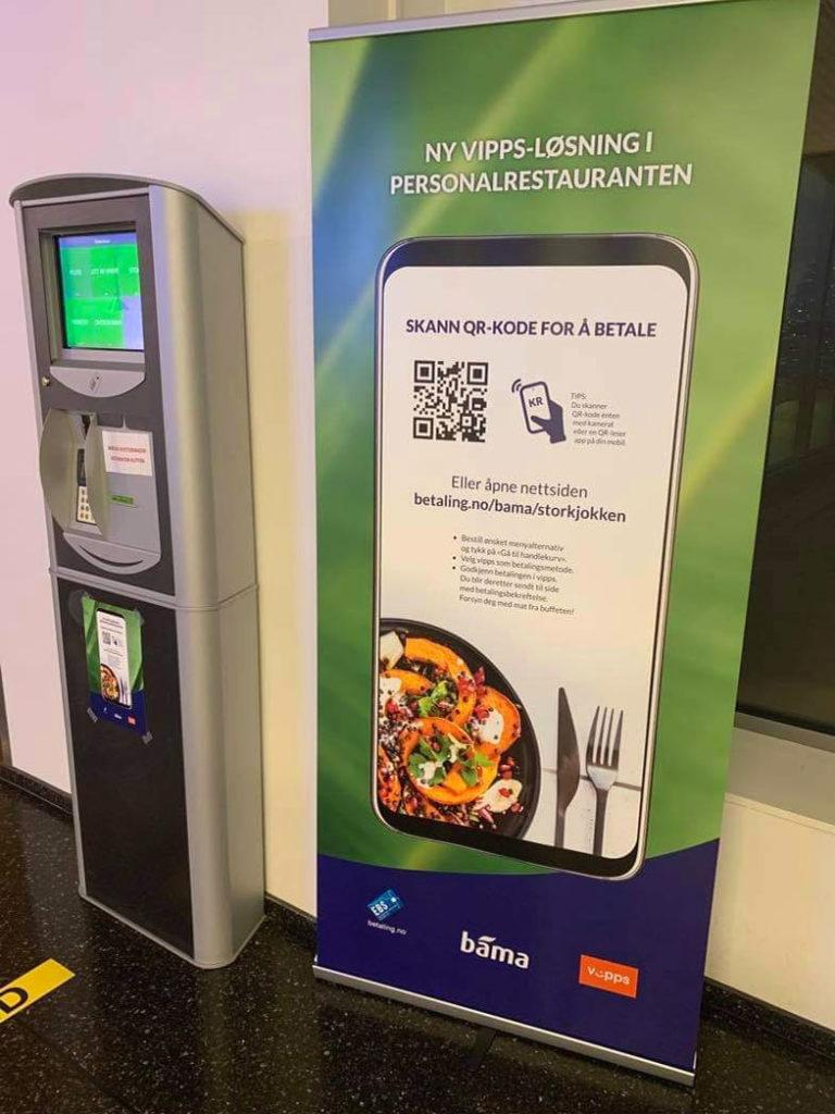 NoCash Touch betalingsterminal og rollup med QR kode for betaling med Vipps i kantinen.