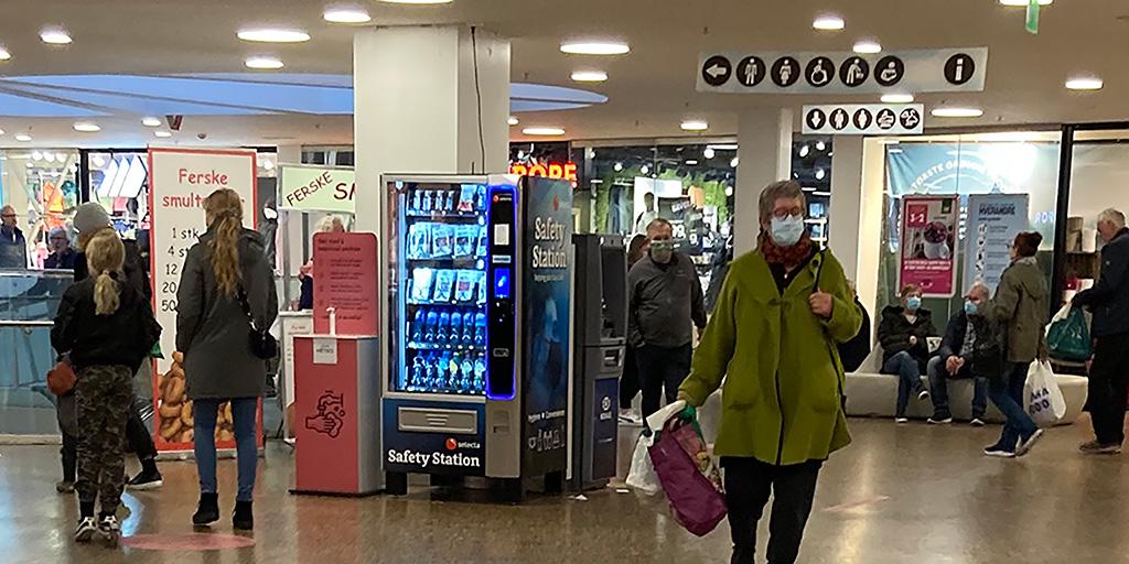Automater med munnbind og antibac på togstasjonene